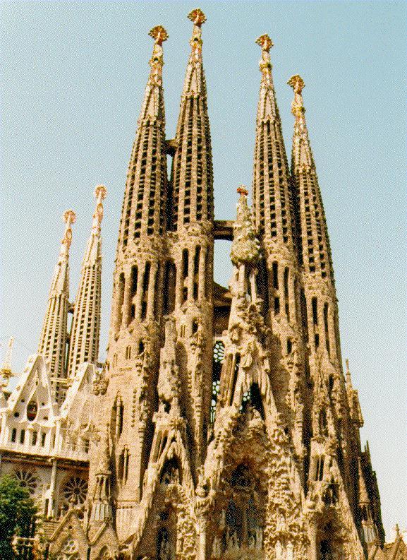 Architecture walk with gaudi in barcelona for Antoni gaudi sagrada familia architecture